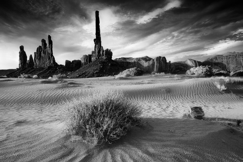A rare sight - Yei Bei Chi and the Totem Pole formations in theMonument Valley Tribal Parkafterthree...
